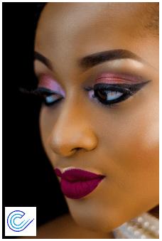 Una de las ventajas de las lentes de contacto es que puedes utilizar cosméticos. Maquillaje y salud ocular